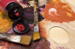 Die Bürsten und die Farbe des Künstler-Malers stockfoto