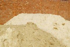 Die Backsteinmauer und der Sand Lizenzfreie Stockfotografie