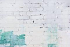 Die Backsteinmauer wird mit grüner und weißer Farbe gemalt Hintergrund mit Raum für Text, Beschaffenheit stockfotografie