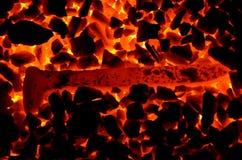 Die Bahnkrücke ist auf dem brennenden Kohlenanthrazit heiß Lizenzfreies Stockfoto