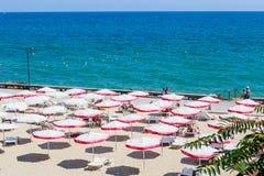 Die Balchik-Küste, Strand mit Sanden, Sonnenschirme Lizenzfreies Stockfoto