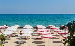 Die Balchik-Küste, Strand mit Sanden, Sonnenschirme Stockfoto