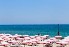 Die Balchik-Küste, Strand mit Sanden, Sonnenschirme und blaues wa Stockbild