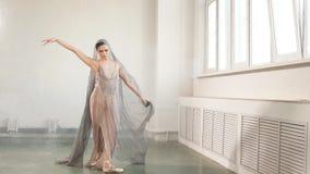 Die Ballerina, die im szenischen Kleid gekleidet wird, tanzt in das Studio Körper-Ballett und Kunst stock video footage