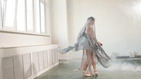 Die Ballerina, die im szenischen Kleid gekleidet wird, tanzt in das Studio Körperballett und Kunst, Zeitlupe stock video