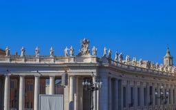 Die Balustrade und die Kolonnade am St- Peter` s quadrieren Lizenzfreies Stockbild