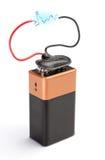 Die Batterie ist ein Akkumulator mit einer blauen Blitzentladung. Lizenzfreies Stockfoto