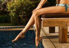 Schönheitsbeine des Mädchens im Pool Stockbild