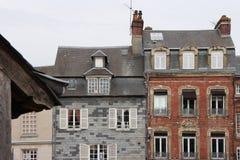 Die befestigten Häuser, die in Honfleur, Frankreich aufgestellt wurden, wurden in den verschiedenen Arten gebaut Stockbild
