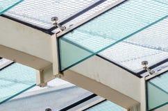 Die Befestigung des Glasdachs zu den Glasstrahlen lizenzfreie stockfotos