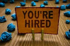 Die Begriffshandschrift, die Sie bezüglich zeigt, werden angestellt Geschäftsfototext neuer Job Employed Newbie Enlisted Accepted lizenzfreies stockbild