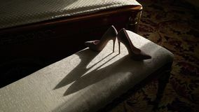 Die beige Schuhe der Frau stock video footage