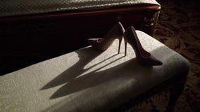Die beige Schuhe der Frau stock video