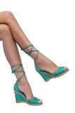 Die Beine der Frau in den grünen Schuhen Stockbilder