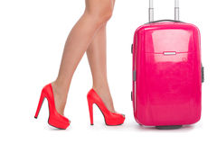 Die Beine der Frau in den Schuhen und im Koffer Stockfoto