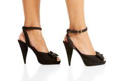 Die Beine der Frau und Schuhe des hohen Absatzes Lizenzfreies Stockfoto