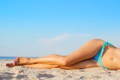 Die Beine der Frauen auf dem Strand Lizenzfreies Stockfoto