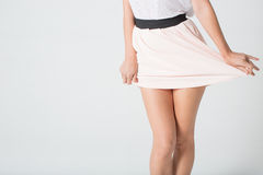 Die Beine der Frauen in einem Rock Stockbild