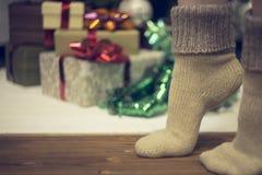 Die Beine der Frauen gegen Hintergrund des neuen Jahres Lizenzfreie Stockbilder