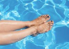 Die Beine des Mädchens am Pool Stockbilder