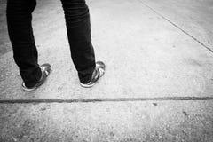 Die Beine eines Mannes, der auf dem Boden steht Stockbilder
