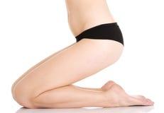 Die Beine und der flache Bauch der schönen glatten Frau. Lizenzfreie Stockbilder