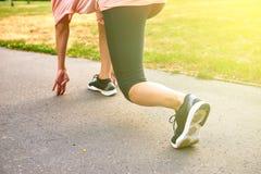 Die Beine von der Rückseite einer laufenden Frau Stockbilder