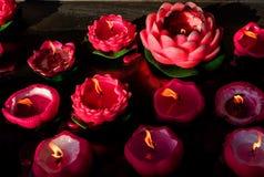 Die beleuchtende Kerze Lizenzfreies Stockfoto