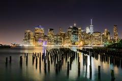 Die belichteten Skyline von New York City vom Brooklyn-Brücken-Park Stockfotos