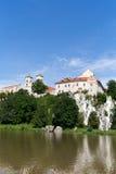 Die Benediktiner-Abtei in Tyniec mit Wisla-Fluss auf Hintergrund des blauen Himmels Lizenzfreie Stockfotografie