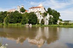 Die Benediktiner-Abtei in Tyniec in Polen mit Wisla-Fluss auf Hintergrund des blauen Himmels Lizenzfreie Stockfotografie