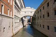 Die berühmte Brücke von Seufzern in Venedig Lizenzfreie Stockbilder
