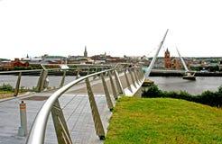 Die berühmte Friedensbrücke, die den Fluss Bann kreuzt, welches das protestierende Ufer zum katholischen Cityside in Londonderry  lizenzfreies stockfoto