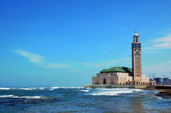 Die berühmte Moschee auf dem Ufer des blauen Ozeans Stockfotografie