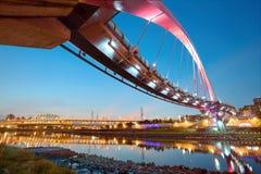 Die berühmte Regenbogen-Brücke über Keelungs-Fluss in Taipeh, Taiwan Lizenzfreie Stockfotografie