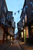 Die berühmte Straße schlurft in York während der blauen Stunde stockfotos