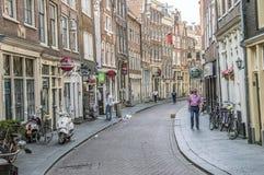 Die berühmte Zeedijk-Straße in Amsterdam niederländische 2018 lizenzfreie stockfotos