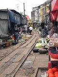 Die berühmten Bahnmärkte bei Maeklong Lizenzfreies Stockfoto