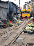 Die berühmten Bahnmärkte bei Maeklong, Thailand Lizenzfreies Stockbild