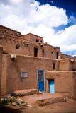 Die berühmten blauen Türen an Taos-Pueblo, Nanometer Stockfotografie