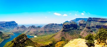 Die berühmten drei Rondavels und andere Berge, welche die Blyde-Fluss-Verdammung im Blyde-Fluss-Schlucht-Naturreservat umgeben Stockfotos