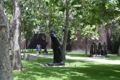 Die berühmten Statuen Norton Simon Museum Exterior With Worlds Lizenzfreie Stockfotografie