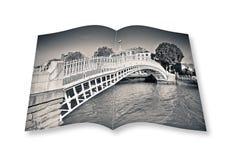 Die berühmteste Brücke in Dublin rief Half Pennybrücke an Stockfotografie