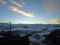 Die Berge Überwachender Schnee der Frau deckte Berge ab lizenzfreie stockfotografie