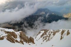 Die Berge an den Wolken Lizenzfreies Stockfoto