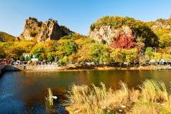 Die Berge im Herbst szenisch lizenzfreies stockfoto