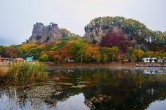 Die Berge im Seeufer szenisch stockfotografie