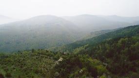 Die Berge mit Pale Mist Lizenzfreie Stockfotos
