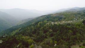 Die Berge mit Pale Mist Stockfotografie