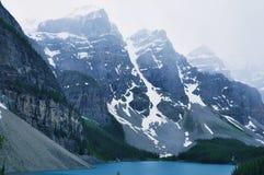 Die Berge in Morainne See Lizenzfreies Stockfoto